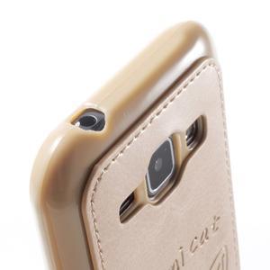 Obal s koženkovým chrbtom a mačičkou Domi pre Samsung Galaxy J1 -  zlatý - 6